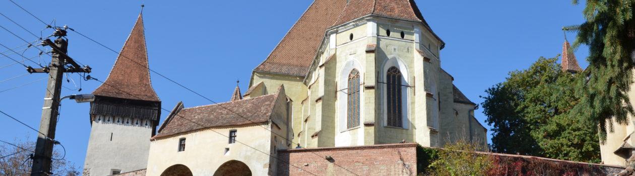 Versteckt im Tal: die mächtige Kirchenburg Birthälm